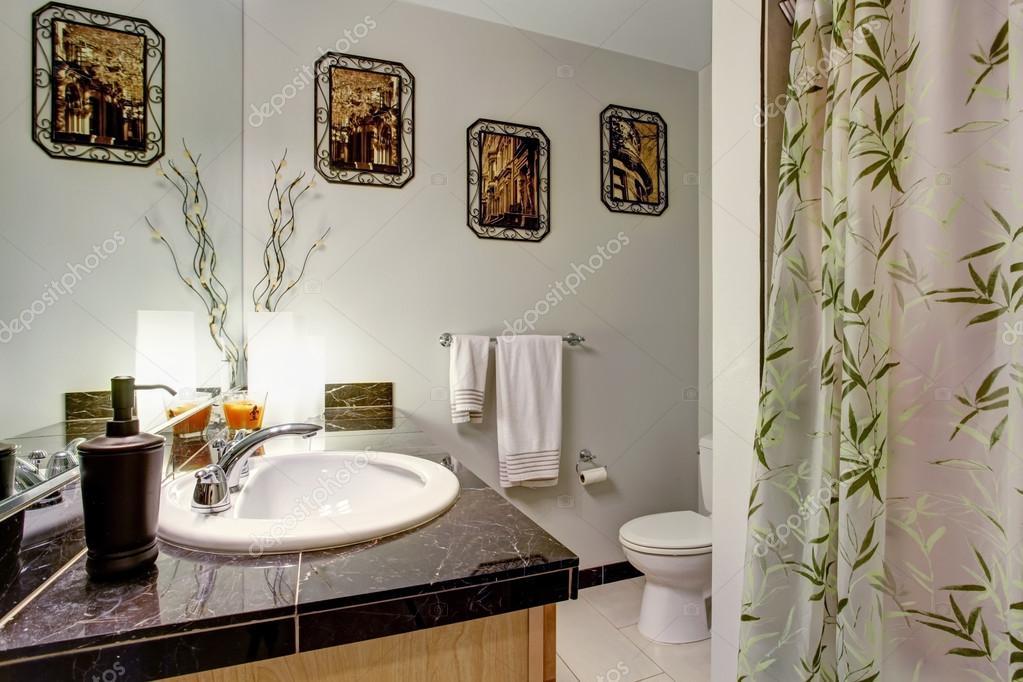 Badkamer interieur met houten kast en graniet tegenbovenkant