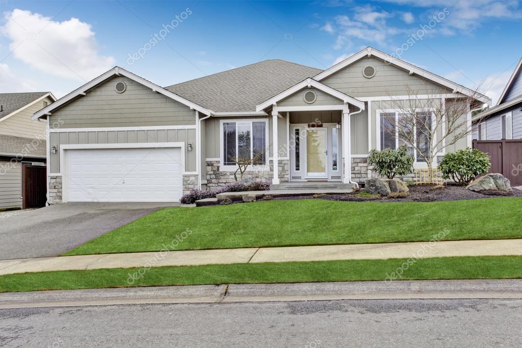 Garage Met Veranda : Buitenkant van het huis weergave van entree veranda met wandelpad