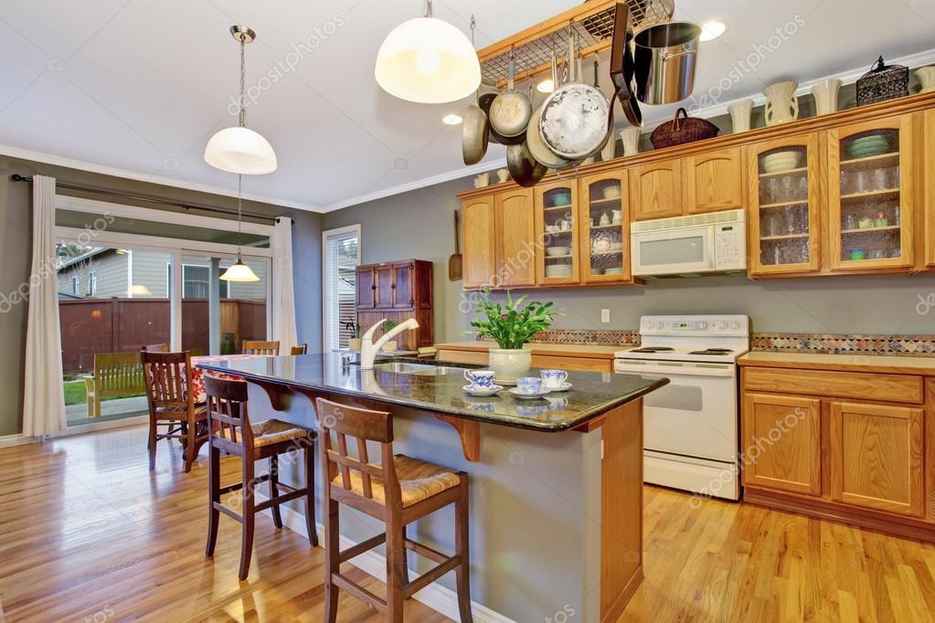 Cocina con gabinetes de madera brillantes, electrodomésticos de ...