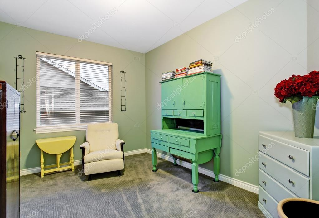 Interior de habitación de sótano con cómodo sillón y muebles viejos ...