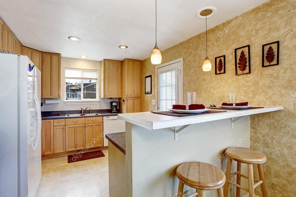 Kleine Küche mit Granit, weißen Geräte — Stockfoto © iriana88w ...