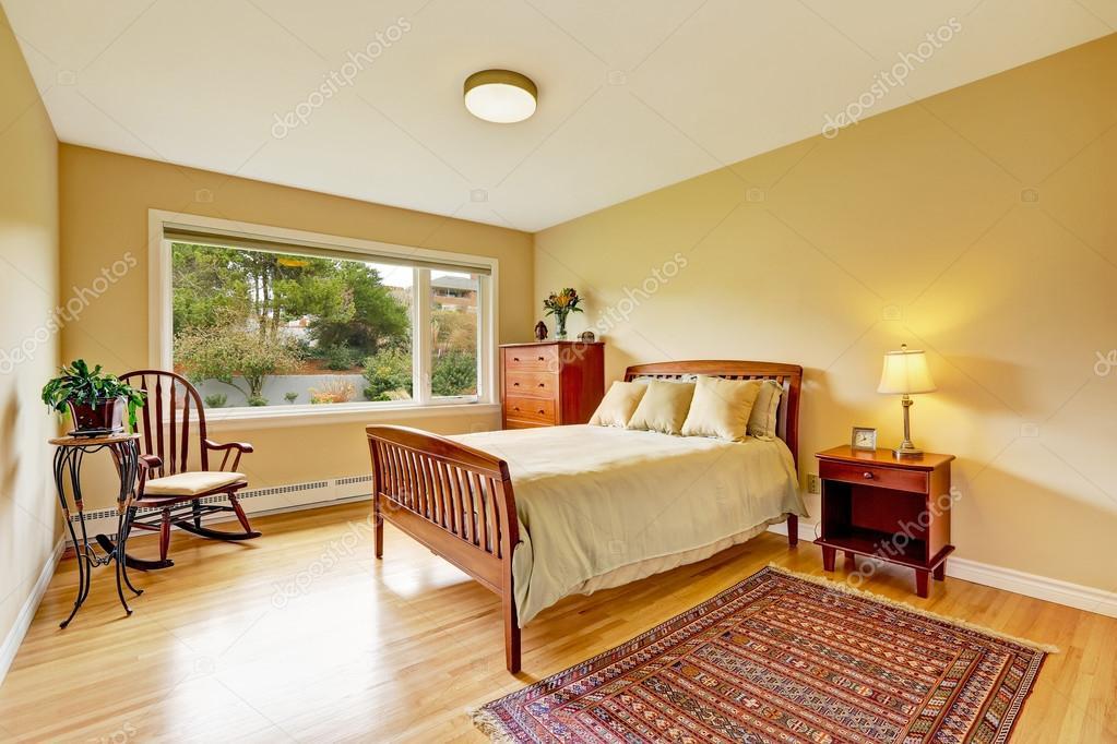 Camera da letto con pavimento in parquet, pareti luminose — Foto ...