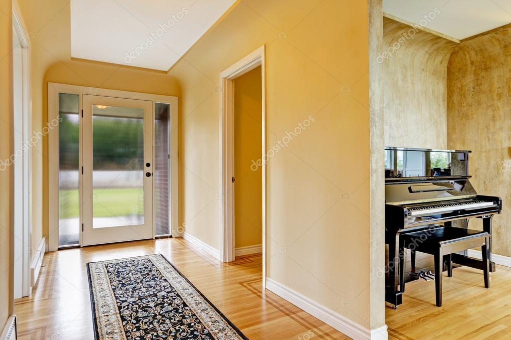 Glazen Vloer Huis : Entree hal met glazen deur hardhouten vloer en tapijt u2014 stockfoto