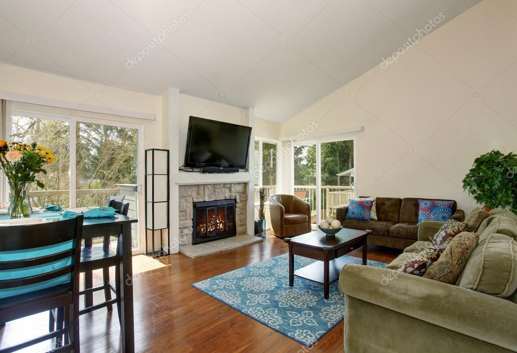 Eccellente soggiorno con camino e tappeto blu — Foto Stock ...