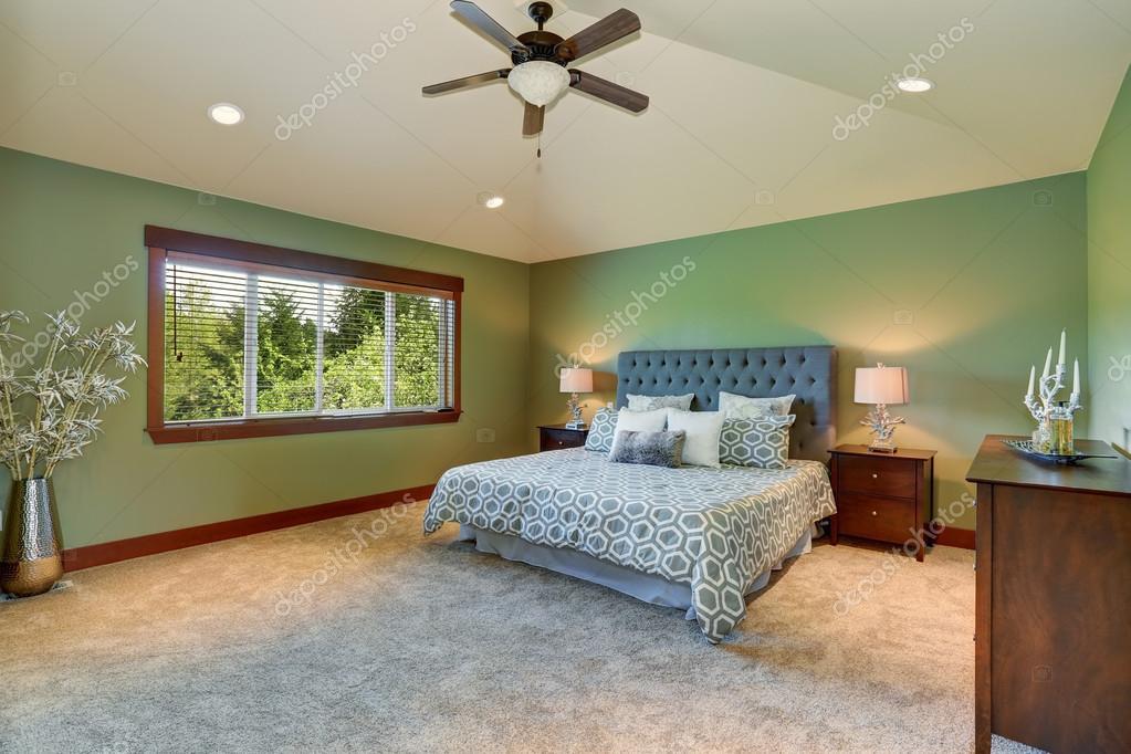 Camera da letto accogliente con letto blu, pulsanti testata ...