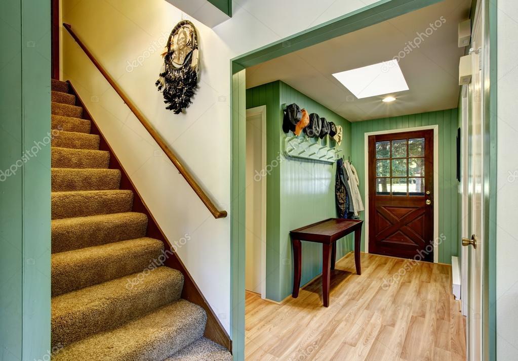 porte d\'entrée de la maison de campagne avec plancher de bois ...