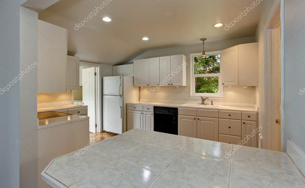 vide simple vieille cuisine intérieur blanc dans une maison ...