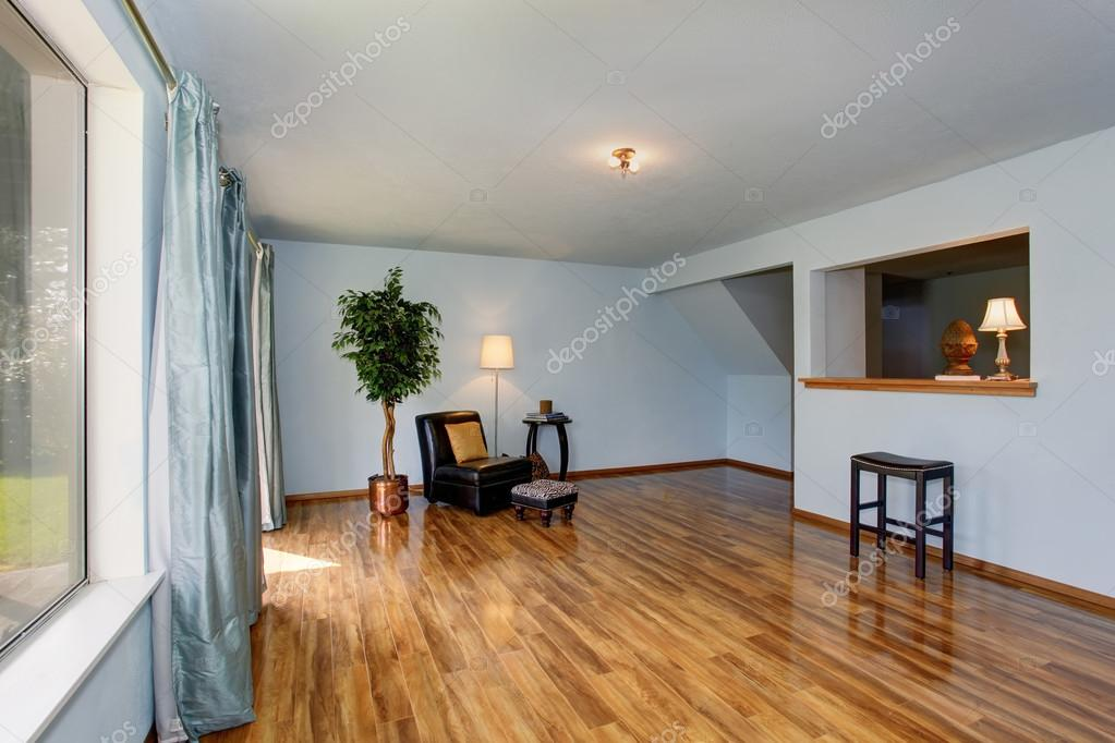 onvoltooide woonkamer interieur met blauwe muren en blauwe gordijnen stockfoto