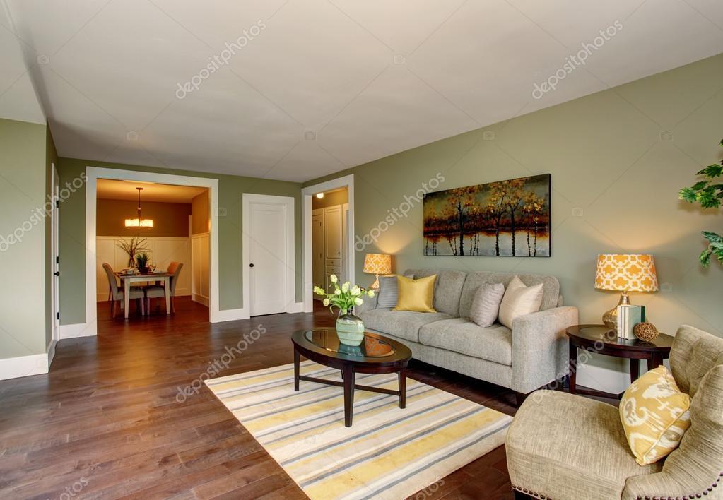 Groene Muur Woonkamer : Woonkamer interieur met groene muren hardhouten vloer en tapijt