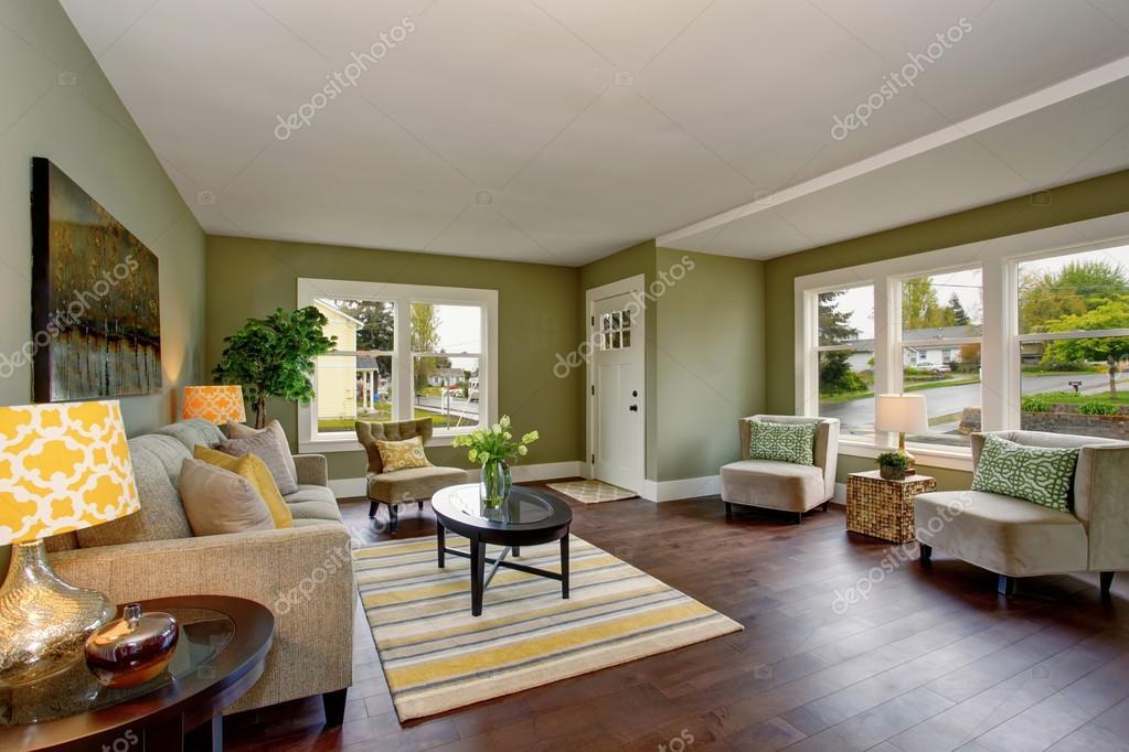 Groene Wand Woonkamer : Woonkamer interieur met groene muren hardhouten vloer en tapijt