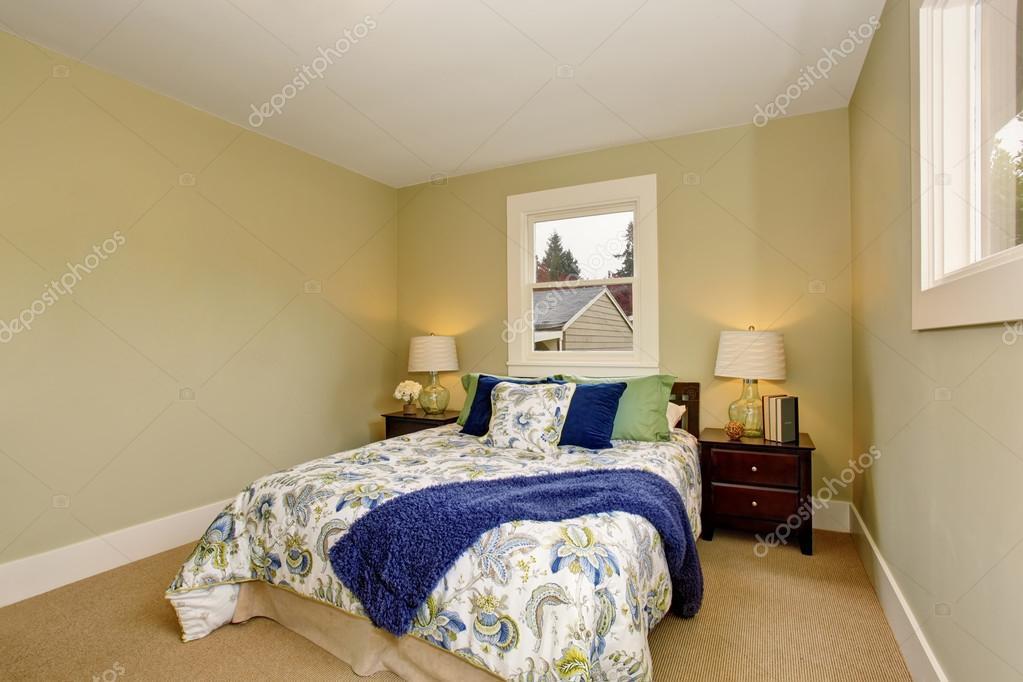 Interior de dormitorio con piso de alfombra y muebles de color ...