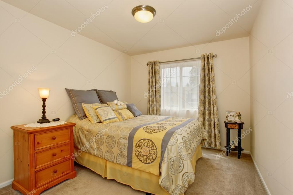 Camera Da Letto Giallo : Interiore di incantevole camera da letto con comodino pavimento