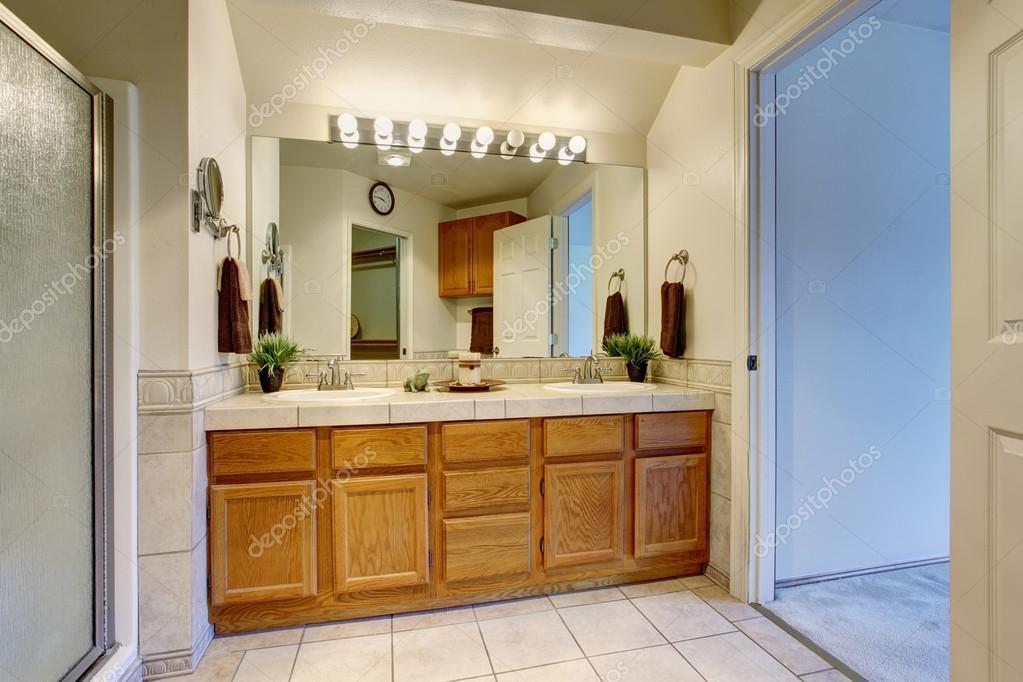 Wnętrze łazienki Z Otwartych Drzwi Białe Zdjęcie Stockowe