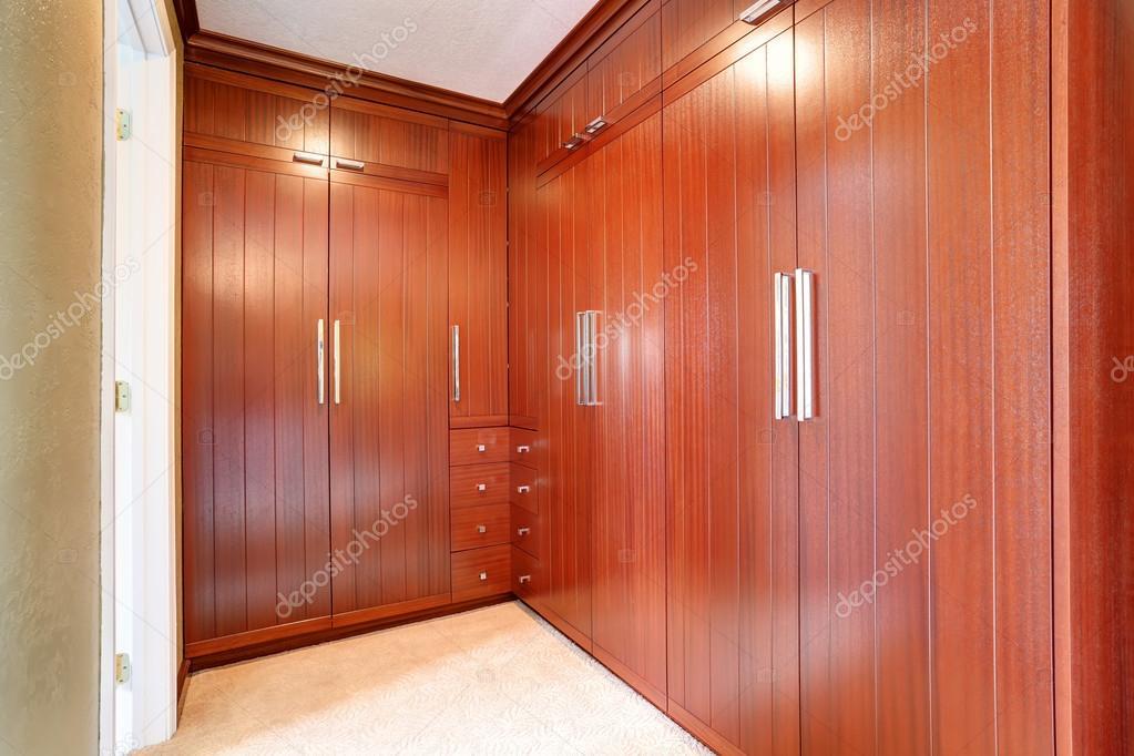 Stanza guardaroba di lusso con armadi a muro moderni marrone — Foto ...