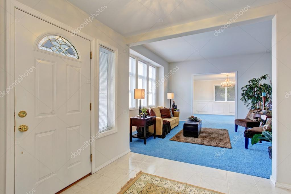 Porta enterance bianco. Collegato al soggiorno moderno accogliente ...