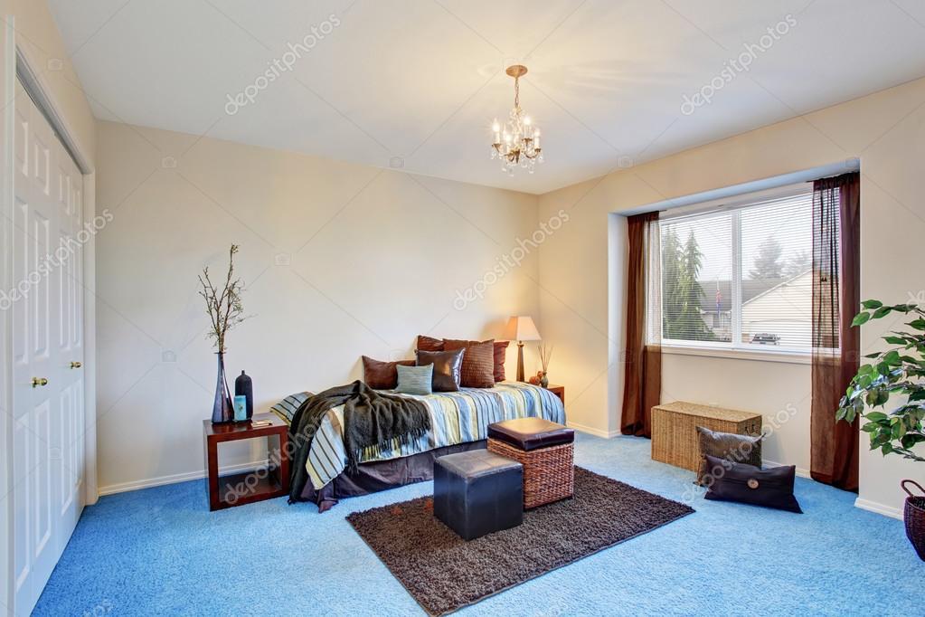 Modernes schlafzimmer blau  Moderne Schlafzimmer mit blauen Teppichboden — Stockfoto © iriana88w ...