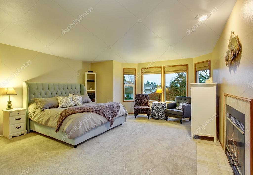 Grote slaapkamer met open haard en bed — Stockfoto © iriana88w ...