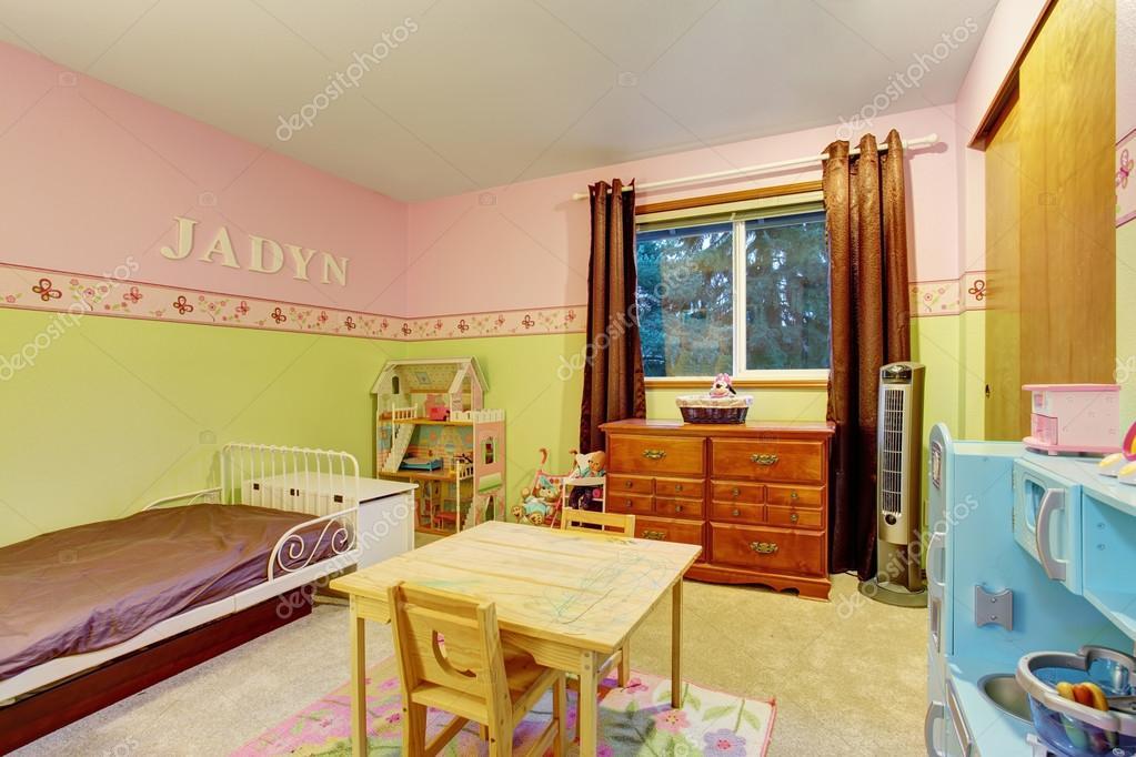 Bambini camera da letto con pareti dipinte di rosa e verde — Foto ...