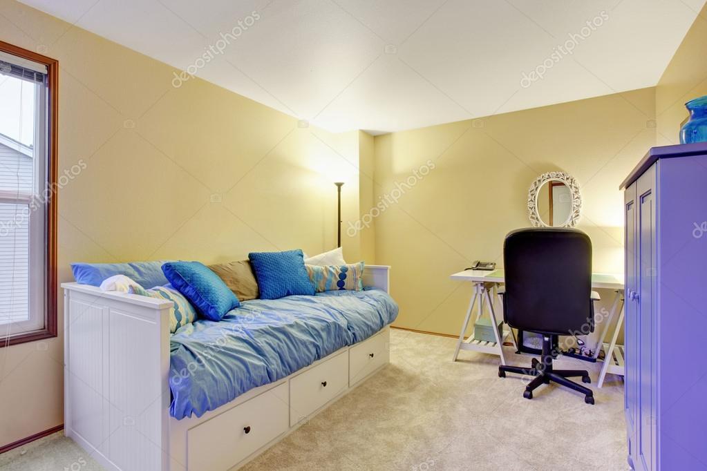 Home Office Zimmer In Beige Ton Wänden. Blaues Sofa Und Blau Schrank U2014 Foto  Von Iriana88w