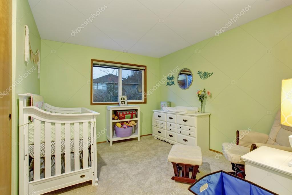 Slaapkamer van de kinderen met witte meubels en groene geschilderde ...