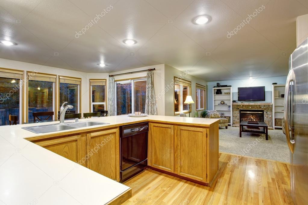 Plan de piso abierto interior de cocina con gabinetes de color ...