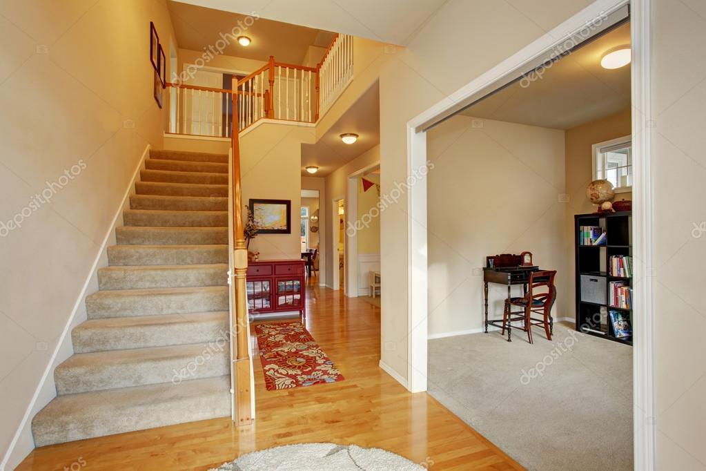 Calssic Eingangsbereich mit Teppich-Stockwerk-Treppen — Stockfoto ...