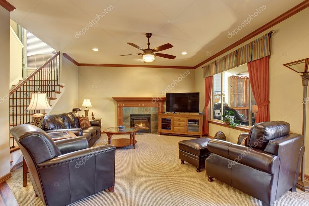 Luxus Wohnzimmer Mit Kamin Und Teppich Boden Innen. Schwarzes Ledersofa Und  Sessel, Orange Vorhänge U2014 Foto Von Iriana88w