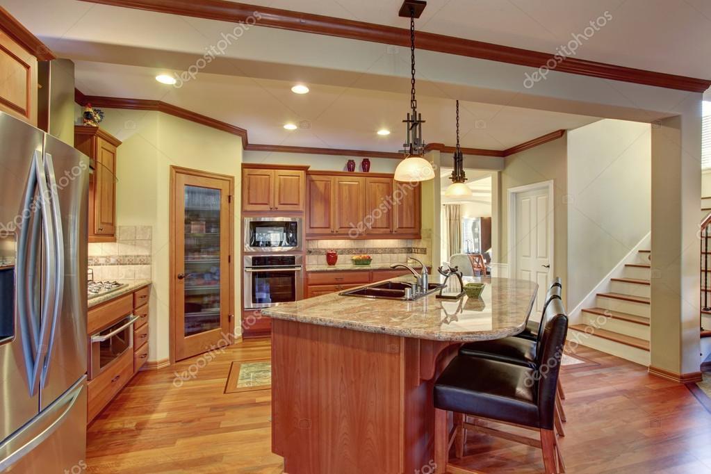 Interior da cozinha com ilha arm rios de madeira com for Aplicacion para disenar armarios