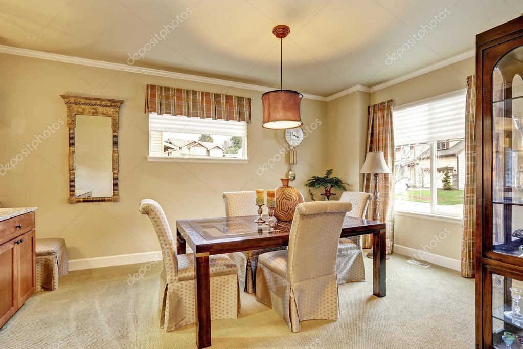 Color paredes comedor | Comedor con paredes de beige y muebles de ...