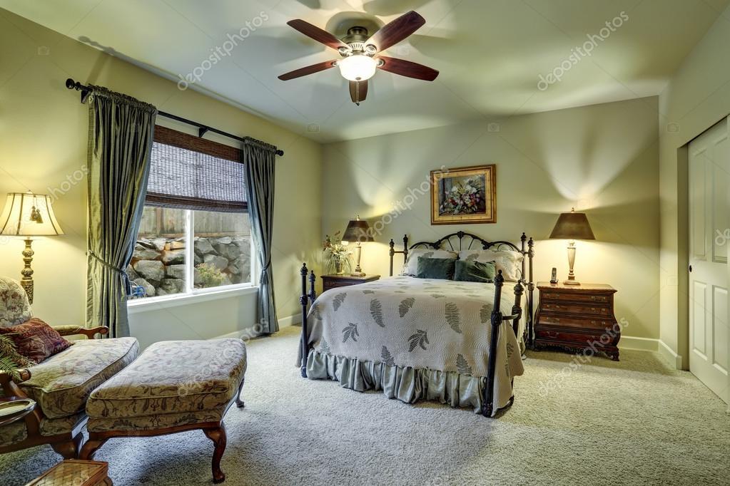 Slaapkamer Met Tapijt : Kleine slaapkamer met beige muren tapijt vloer u stockfoto
