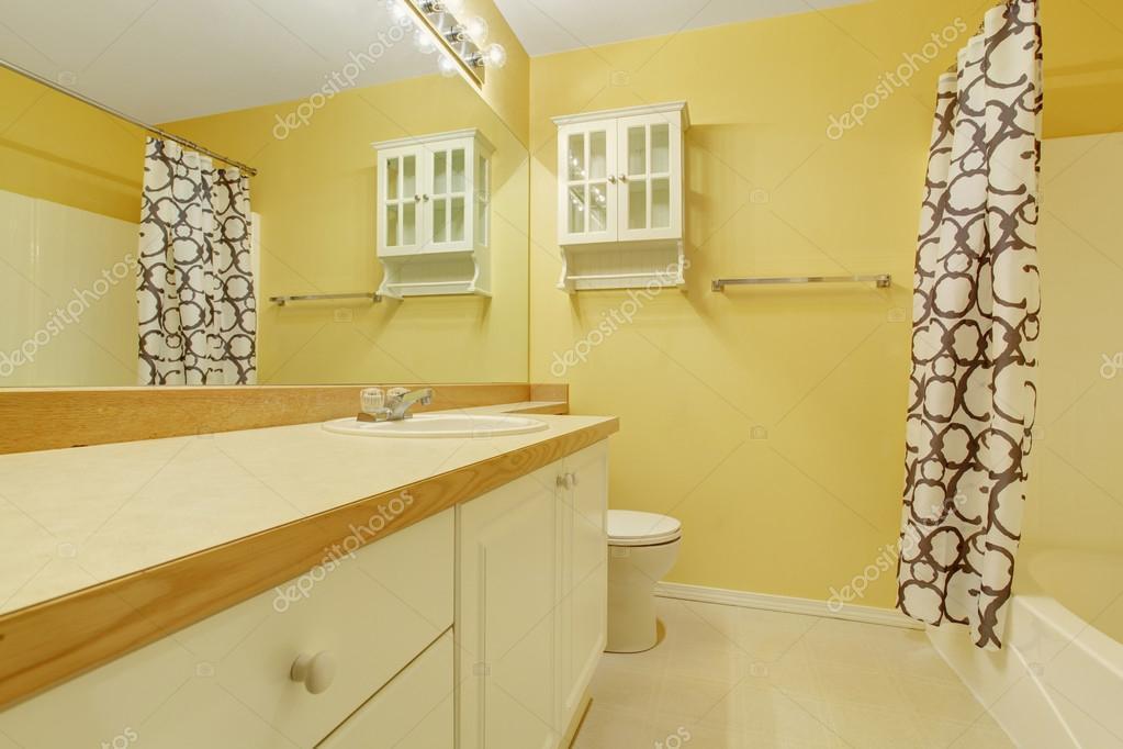 Gele badkamer interieur met ijdelheid kabinet — Stockfoto ...