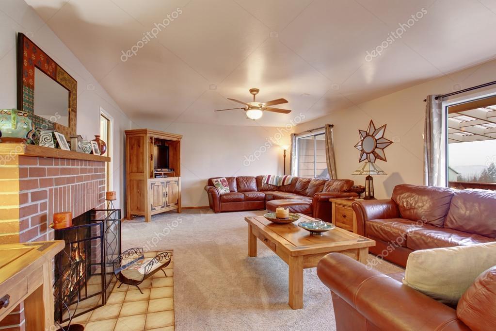 Gemütliches Wohnzimmer mit Ledercouch und Kamin — Stockfoto ...