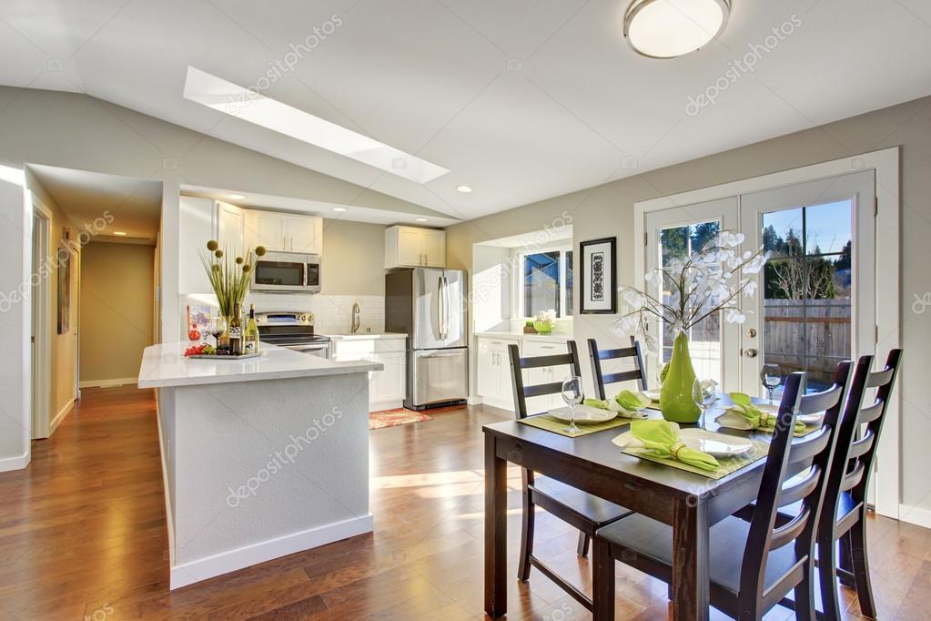 Abierta piso cocina comedor con piso de madera — Foto de stock ...
