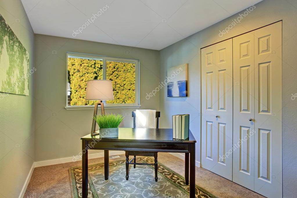 Chambre simple bureau à la maison avec des meubles anciens