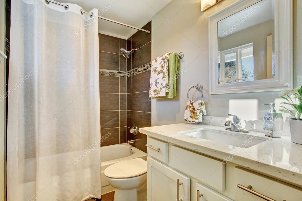 Bagni Con Piastrelle Bianchi : Interiore della stanza da bagno con i gabinetti bianchi pavimento
