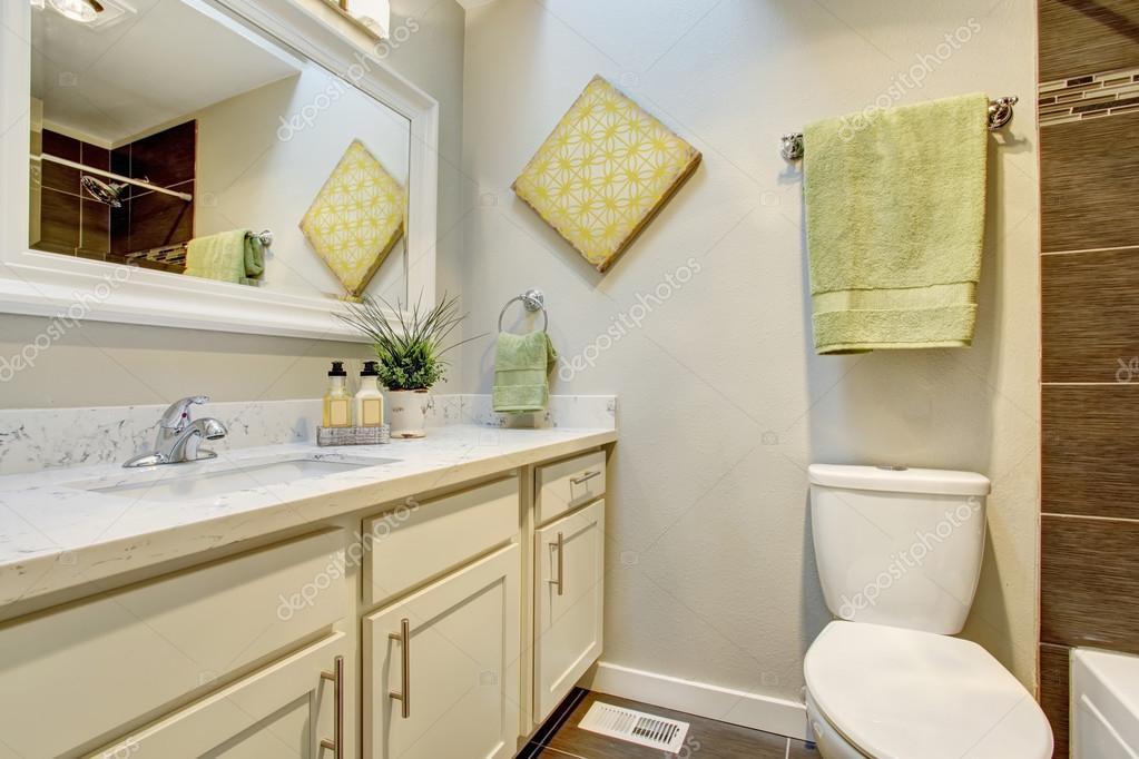 Badkamer interieur met witte kasten, tegelvloer — Stockfoto ...