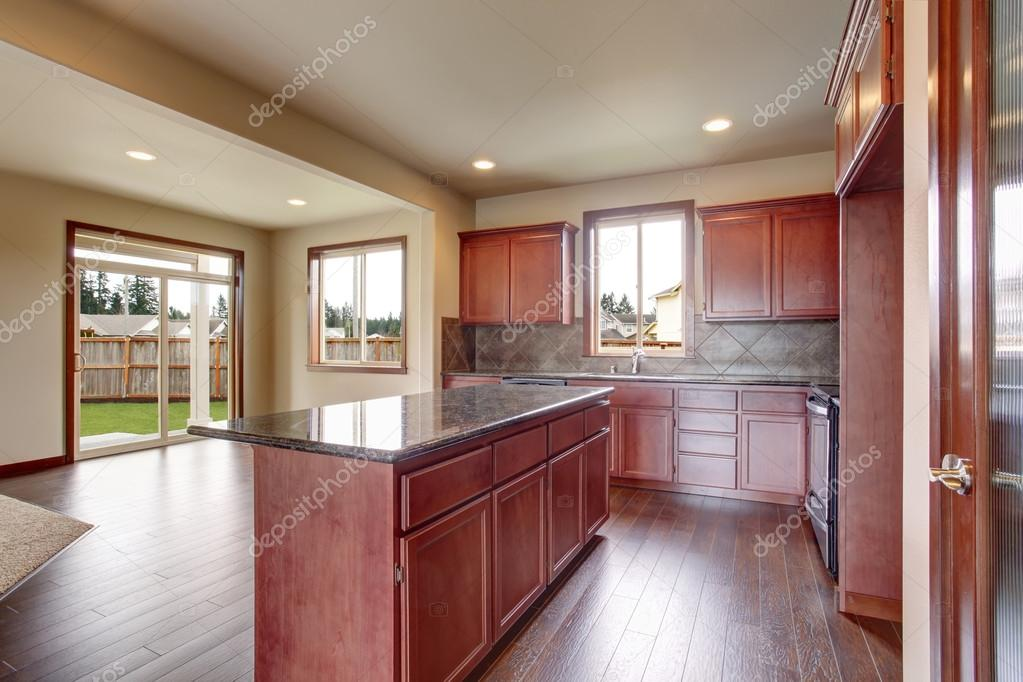 Cucina con armadi in legno luminosi, elettrodomestici in acciaio e ...