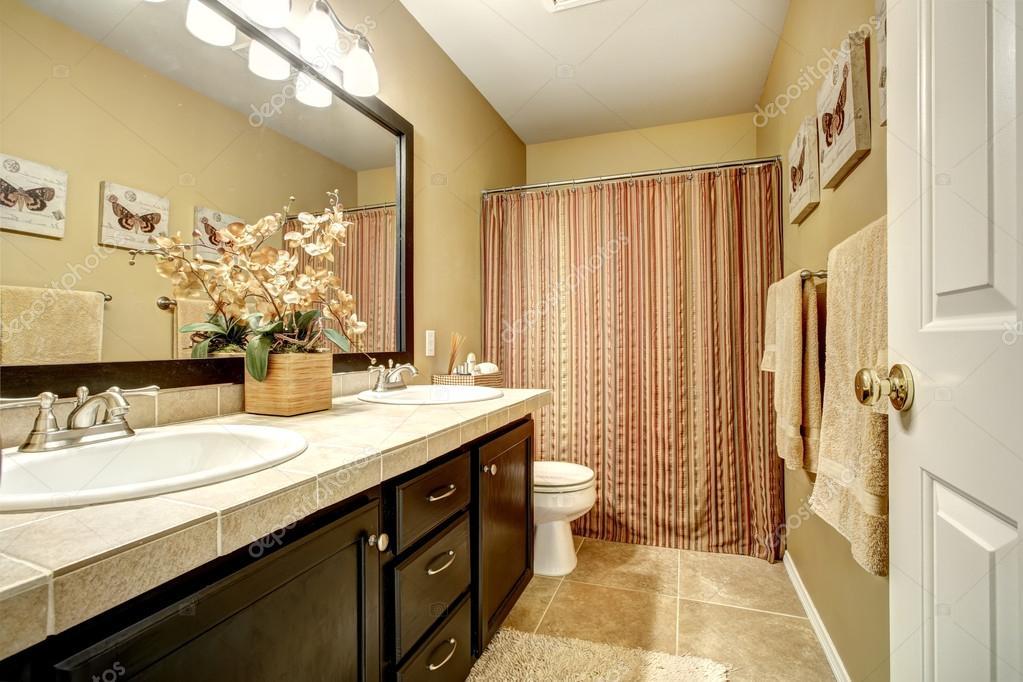 badkamer interieur met gestreepte gordijn — Stockfoto © iriana88w ...