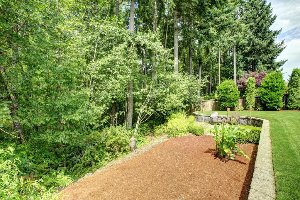 Hinterhof Landschaft Mit Blumenbeet U2014 Stockfoto