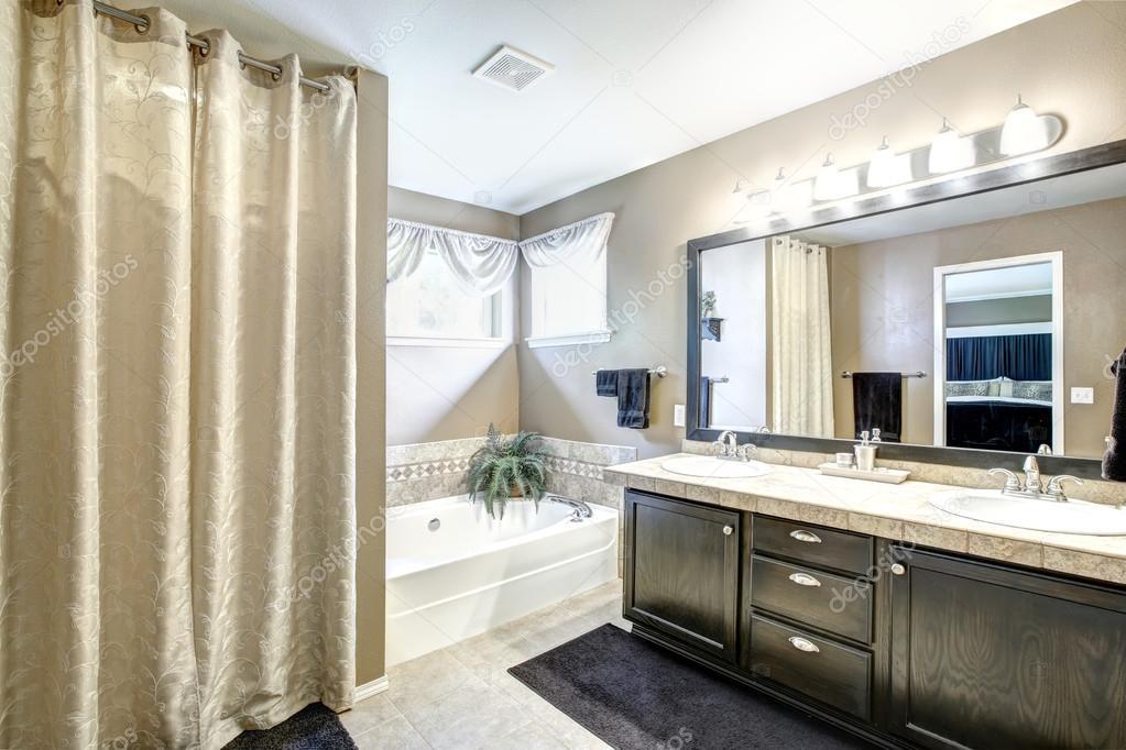 Spiegel Hoekkast Badkamer : Badkamer interieur met zwarte kast en grote spiegel u stockfoto