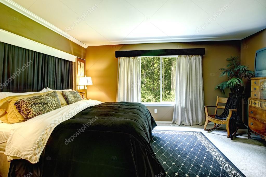 Braune Elegante Schlafzimmer Innenraum Mit Schwarz Bett Und Gepard Kissen U2014  Stockfoto
