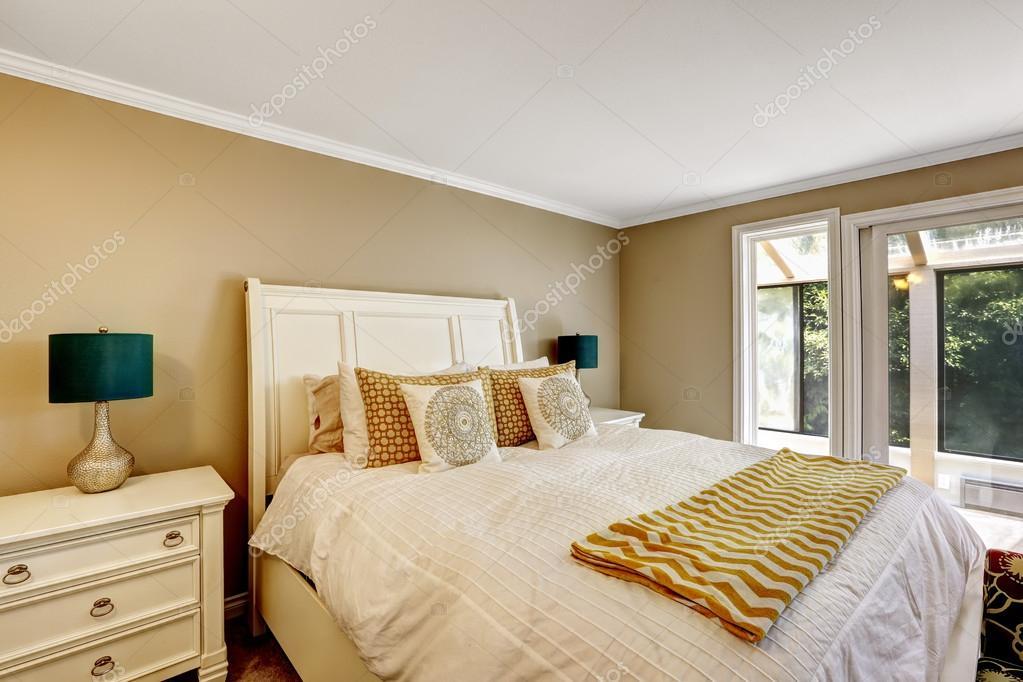 Elegantes Schlafzimmer im amerikanischen Stil mit weißem ...