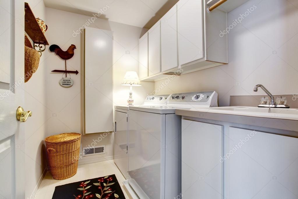 Interiore di stanza di lavanderia del bianco vecchio stile con