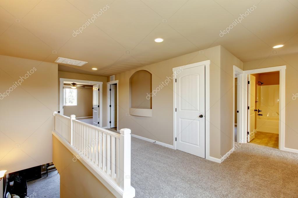 Bovenverdieping hal in groot huis met beige interieur verf