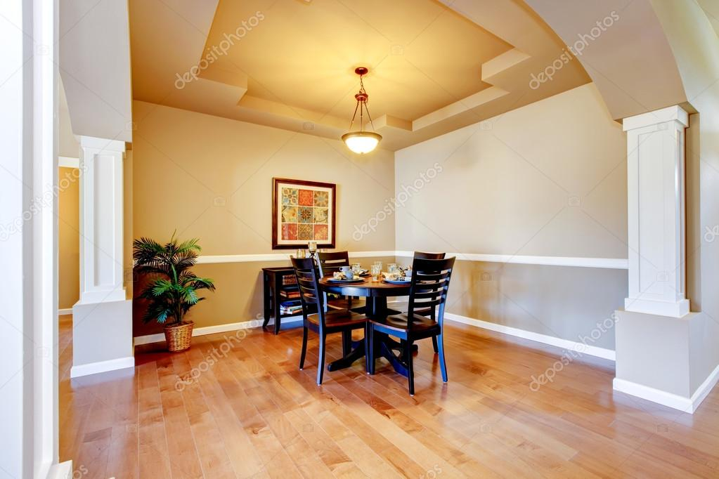 Spaziosa sala da pranzo con colonne bianche e soffitto del cassetto beige — Foto Stock ...