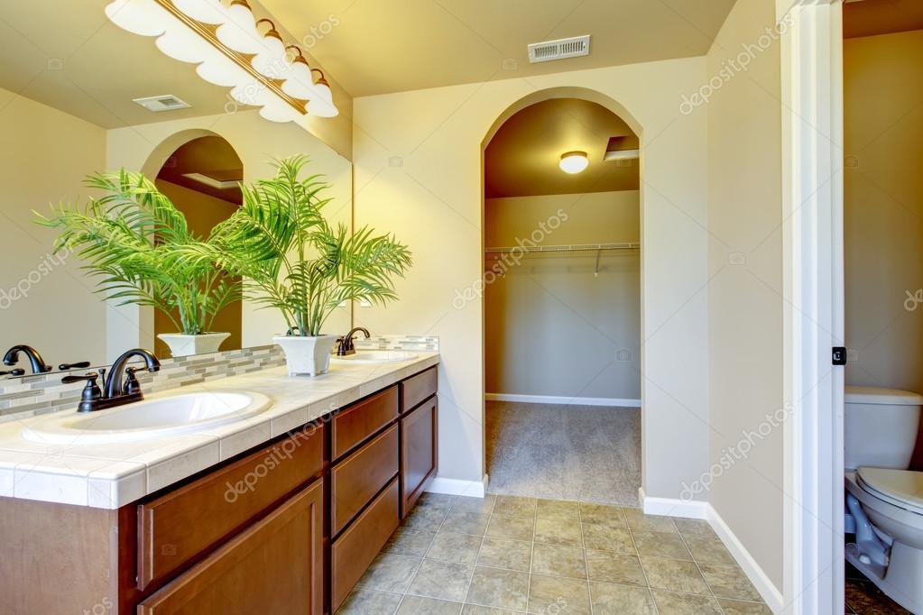 Badkamer interieur met beige muren en bevloering van de tegel