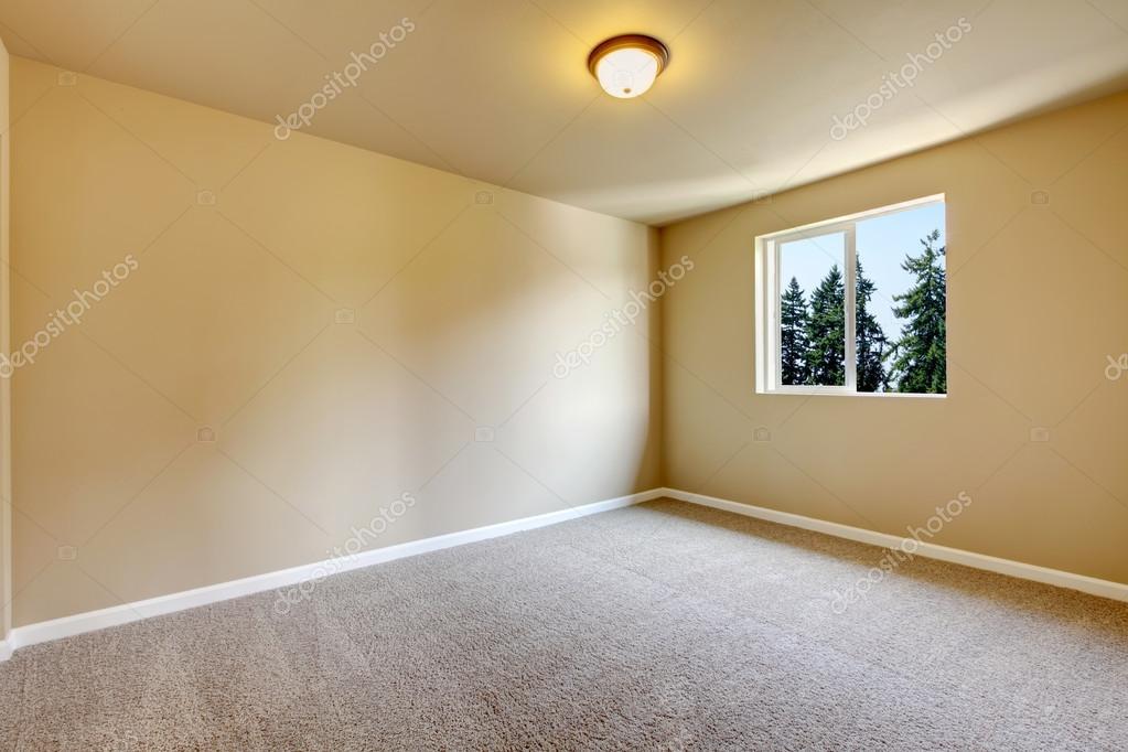 Pareti Beige Chiaro : Luminosa sala vuota con una sola finestra e le pareti beige u foto