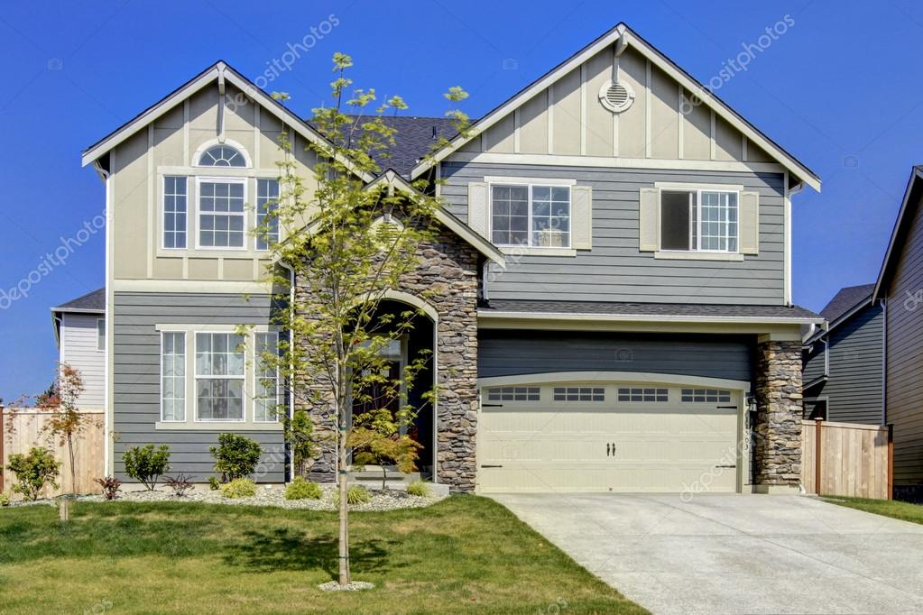 Luxueuse maison moderne avec porche d\'entrée hauteur sous plafond ...