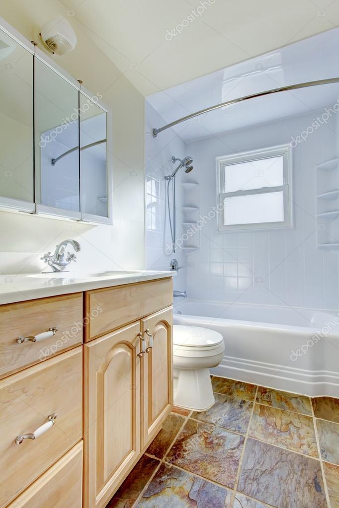 Badezimmer Einrichtung Mit Hellen Ton Eitelkeit Kabinett Und Fliesen Boden Stockfoto