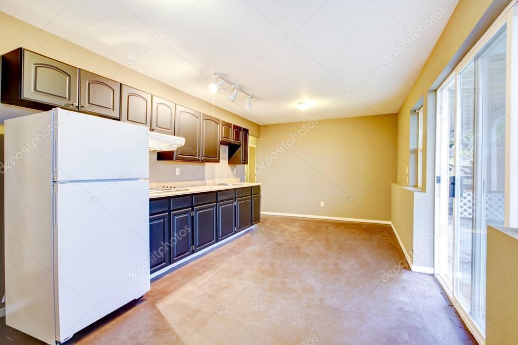 Licht beige keuken kamer interieur in oud huis u2014 stockfoto